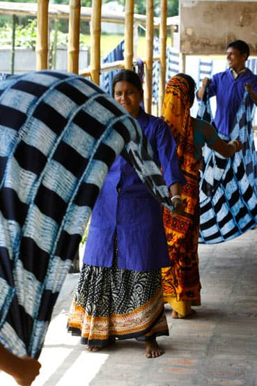 shibori sjaal verven met indigo bangladesh
